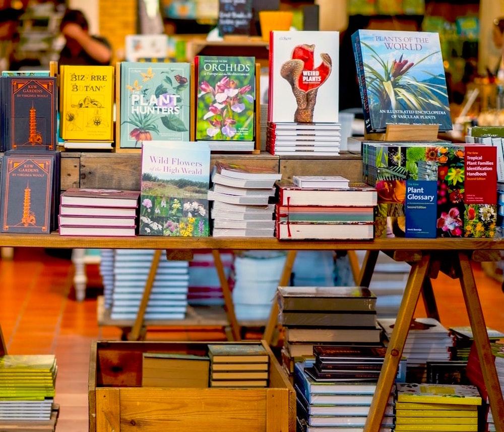 Büchertisch in einer Buchhandlung